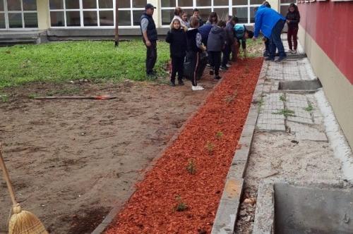 """Третокласниците от  СУ ,,Проф. д-р Асен Златаров"""" в акция по облагородяване на училищния двор"""