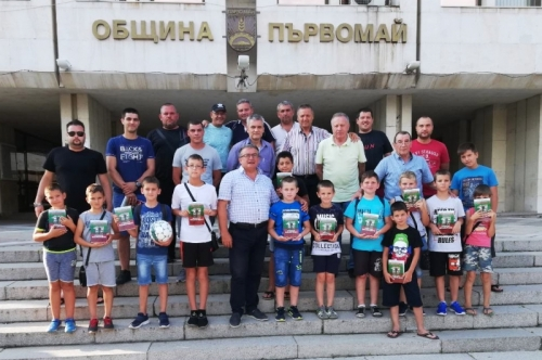 """Най-малките футболисти ФК ,,Борислав"""" посетиха Община Първомай"""