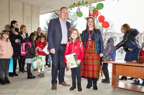 Кметът Николай Митков награди участниците в конкурса за мартеници